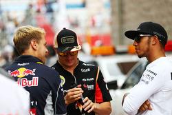 Sebastian Vettel, Red Bull Racing con Kimi Raikkonen, Lotus F1 Team y Lewis Hamilton, Mercedes AMG F1 en el desfile de pilotos