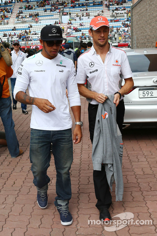 (Da esquerda para direita): Lewis Hamilton, Mercedes AMG F1, e Jenson Button, McLaren, no desfile dos pilotos