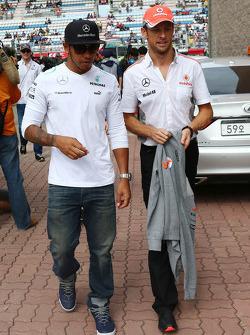 Lewis Hamilton, Mercedes AMG F1 y Jenson Button, McLaren en el desfile de pilotos