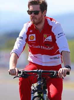 Rob Smedley, Ferrari Race Engineer cycles the circuit