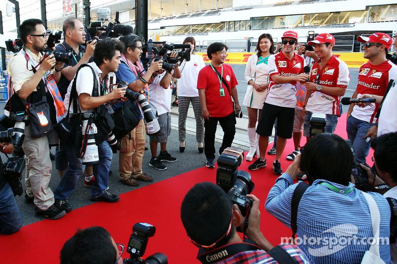 (L to R): Fernando Alonso, Ferrari with Kamui Kobayashi, Ferrari and Felipe Massa, Ferrari