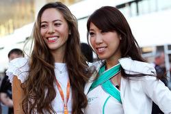 Een grid girl met Jessica Michibata, vriendin van Jenson Button, McLaren