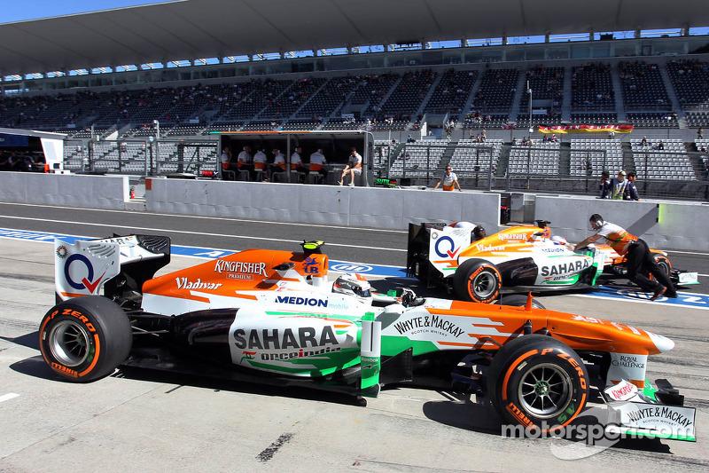 Adrian Sutil, Sahara Force India VJM06 en teamgenoot Paul di Resta, Sahara Force India VJM06 in de p