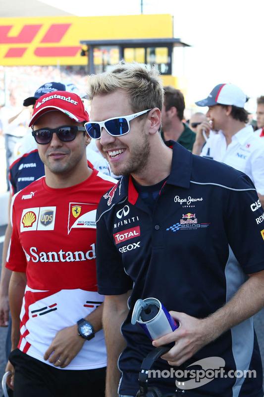 (Da esquerda para direita): Felipe Massa, Ferrari, e Sebastian Vettel, Red Bull Racing, no desfile d