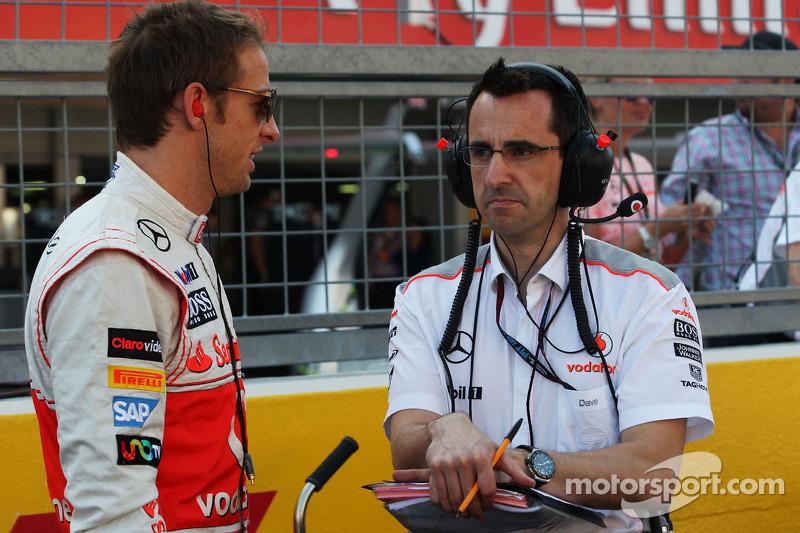 (L naar R): Jenson Button, McLaren met Dave Robson, McLaren Race Engineer op de grid