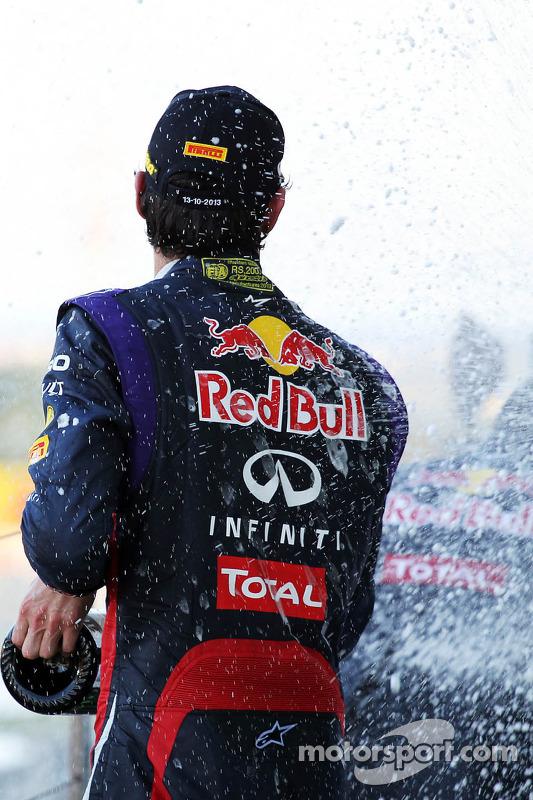 Mark Webber, Red Bull Racing comemora sua segunda posição com o champanhe no pódio