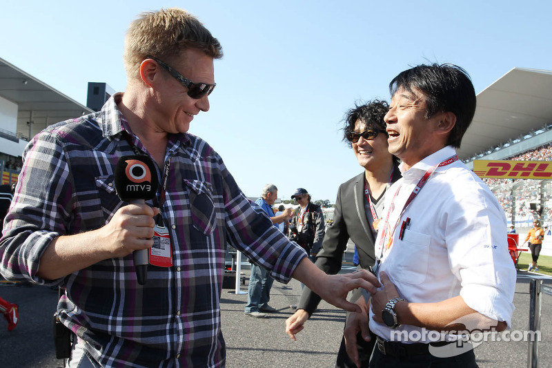 (L to R): Mika Salo, with Ukyo Katayama, on the grid