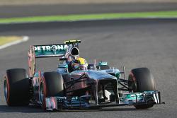 Lewis Hamilton, Mercedes AMG F1 W04 con un pinchazo en la vuelta de apertura de la carrera