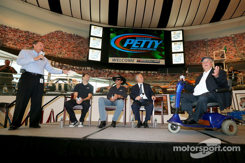 2014 NASCAR Hall of Fame inductee Maurice Petty met Richard Petty en Aric Almirola