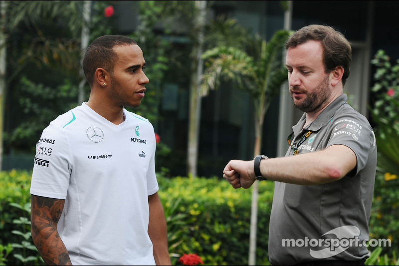 (L naar R): Lewis Hamilton, Mercedes AMG F1 met Bradley Lord, Mercedes AMG F1 Communications Manager