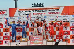 GT500 pódio: vencedores da corrida Kazuya Oshima, Yuji Kunimoto, segunda posição Koudai Tsukakoshi, Toshihiro Kaneishi, terceira posição Yuji Tachikawa, Kohei Hirate