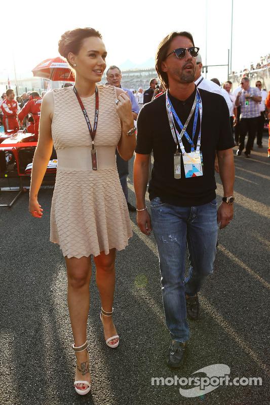 (Da esquerda para direita): Tamara Ecclestone, com o marido Jay Rutland, no grid