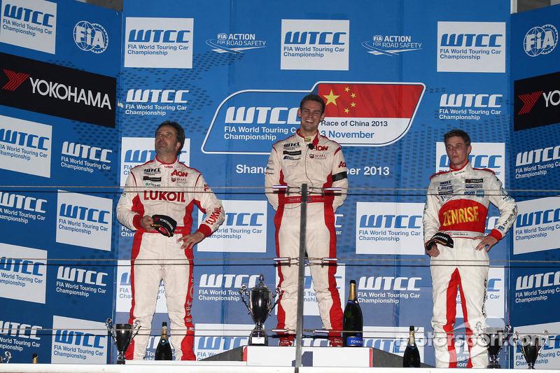 1e plaats Tom Chilton, Chevrolet Cruze 1.6T, RML en 3e plaats voor James Nash, Chevrolet Cruze 1.6 T