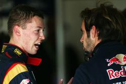 (L naar R): Daniil Kvyat, Scuderia Toro Rosso praat met Jean-Eric Vergne, Scuderia Toro Rosso