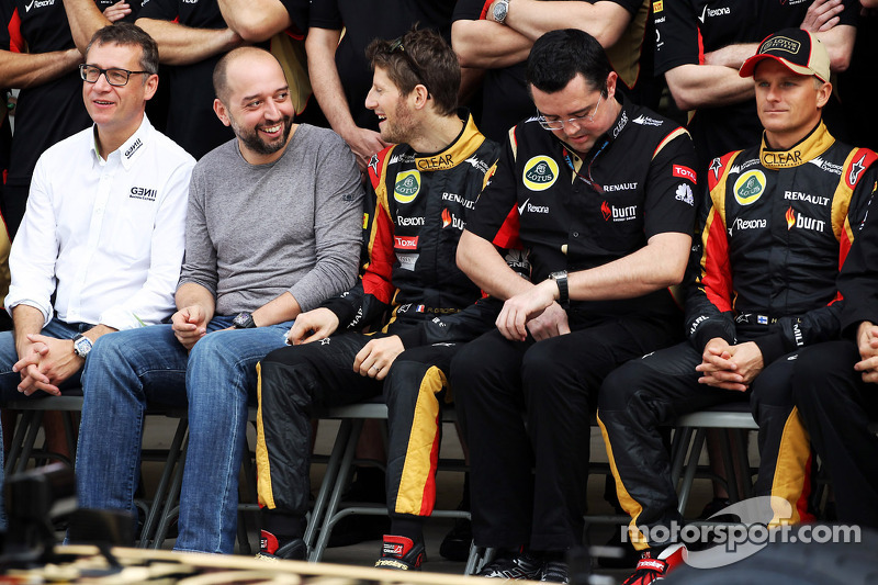 (L naar R): Eric Lux, Genii Capital CEO met Gerard Lopez, Genii Capital, Romain Grosjean, Lotus F1 Team, Eric Boullier, Teambaas Lotus F1 en Heikki Kovalainen, Lotus F1 Team bij een fotosessie met het team