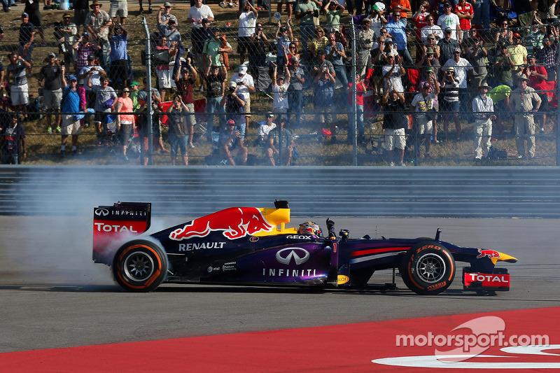 """2013 - Sebastian Vettel, Red Bull (<a href=""""http://fr.motorsport.com/f1/photos/main-gallery/?r=19481"""">Galerie</a>)"""