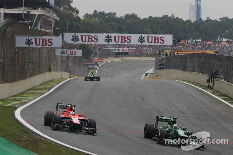 (L naar R): Jules Bianchi, Marussia F1 Team MR02 en Charles Pic, Caterham CT03 vechten om een plek