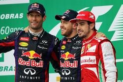 O pódio, Red Bull Racing, segundo; Sebastian Vettel, Red Bull Racing, vencedor; Fernando Alonso, Ferrari, terceiro