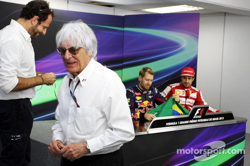 Bernie Ecclestone, CEO Formula One Group, geeft een Braziliaanse vlag, gesigneerd door alle rijders,
