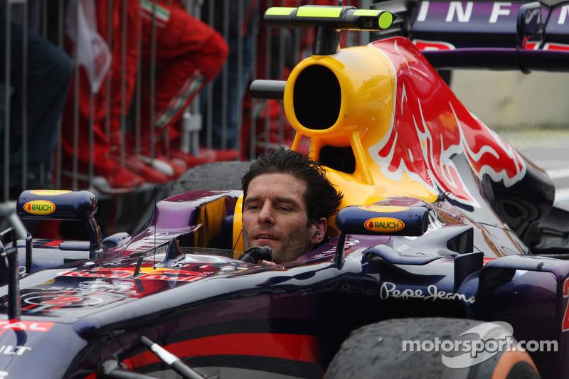 Mark Webber llega al pitlane ya sin casco tras terminar su último GP