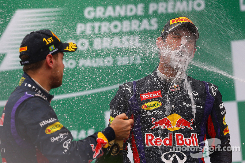 O vencedor Sebastian Vettel, Red Bull Racing comemora no pódio com parceiro Mark Webber, Red Bull Racing