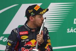 1. Sebastian Vettel, Red Bull Racing, feiert auf dem Podium