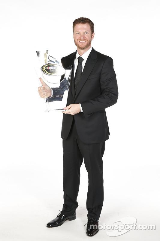 Dale Earnhardt Jr. posa para uma foto com seu troféu de quinto lugar