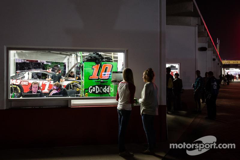 Meninas veem garagem de Danica Patrick, Stewart-Haas Racing Chevrolet