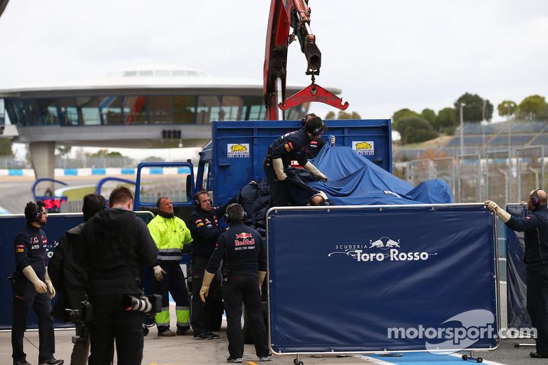 La Scuderia Toro Rosso STR9 di Jean-Eric Vergne, Scuderia Toro Rosso viene portata di nuovo ai box sul retro di un camion