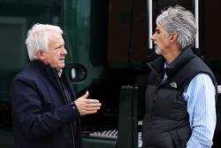 (Esquerda para direita): Charlie Whiting, comissário da FIA com Damon Hill, apresentador da Sky Sports