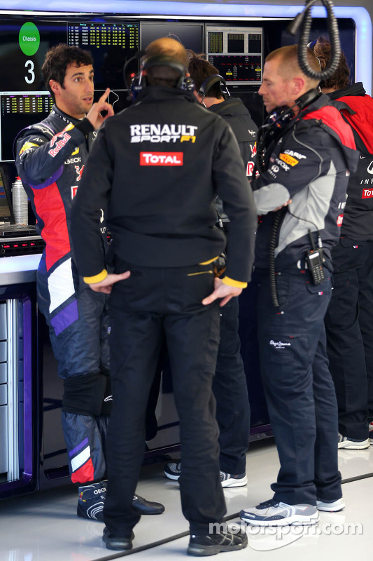 Daniel Ricciardo, Red Bull Racing talking with Renault Sport engineer