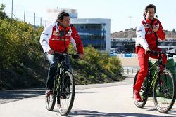 (Links naar rechts): Pedro De La Rosa, Ferrari-ontwikkelingscoureur, op de fiets met Massimo Rivola,