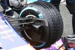 红牛车队驾驶RB10的丹尼尔·里卡多赛车的前悬挂和赛车进气导管细节
