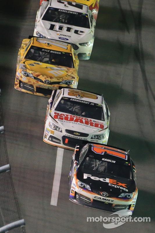 Denny Hamlin, Joe Gibbs Racing Toyota ve Dale Earnhardt Jr., Hendrick Motorsports Chevrolet