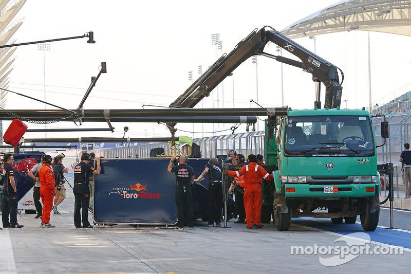 La Scuderia Toro Rosso STR9 di Daniil Kvyat, Scuderia Toro Rosso viene portata di nuovo ai box sul retro di un camion