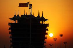 De zon komt op boven het circuit