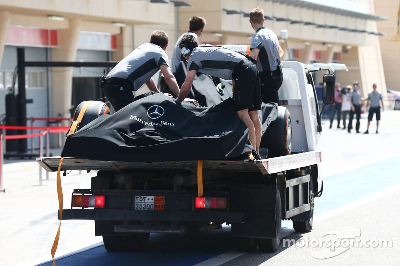 La Mercedes AMG F1 W05 di Nico Rosberg, Mercedes AMG F1 viene portata di nuovo ai box sul retro di un camion