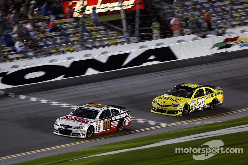 Dale Earnhardt Jr., Hendrick Motorsports Chevrolet ve Matt Kenseth, Joe Gibbs Racing Toyota