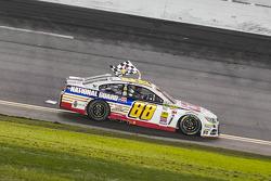 Il vincitore della gara Dale Earnhardt Jr. su Chevrolet del team Hendrick Motorsports