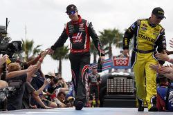 Kurt Busch, Stewart-Haas Racing Chevrolet ve Marcos Ambrose, Richard Petty Motorsports Ford