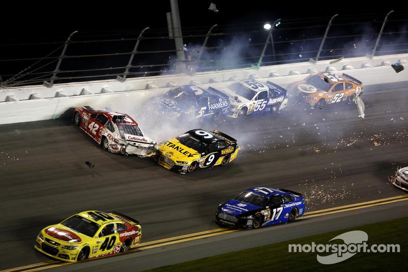 Kyle Larson, Ganassi Racing Chevrolet, Marcos Ambrose, Richard Petty Motorsports Ford, Kasey Kahne,