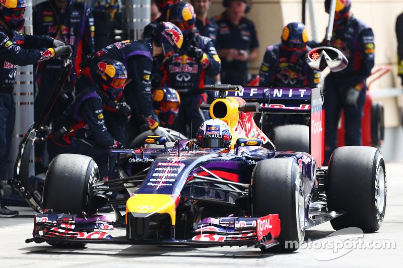 Daniel Ricciardo, Red Bull Racing RB10 practices a pit stop