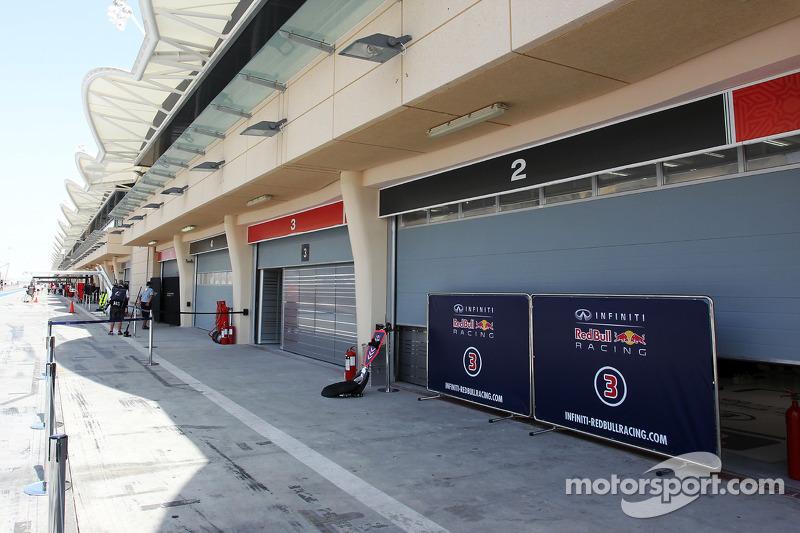 Porte del garage abbassate e schermi alzati al Red Bull Racing
