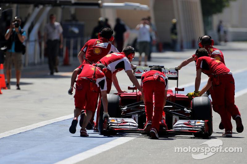 Fernando Alonso, Scuderia Ferrari stops in the pitlane