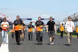 Nico Hulkenberg, Sahara Force India F1 cammina il circuito con la squadra