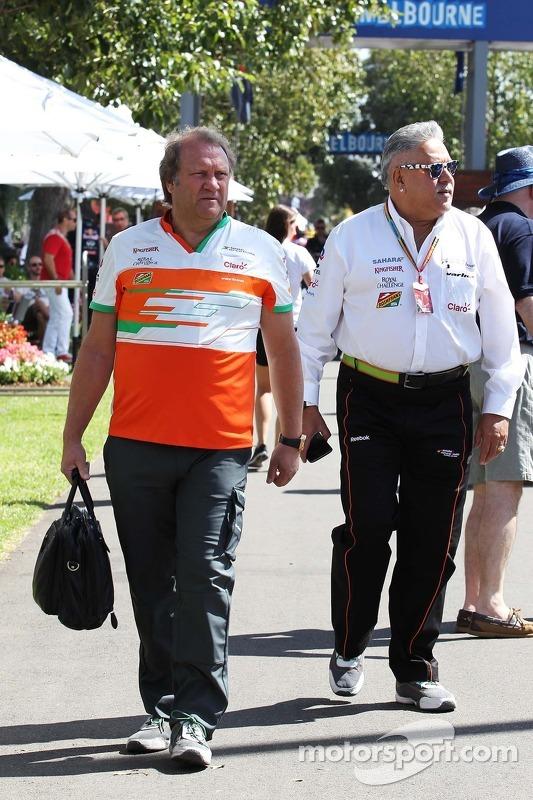(Esquerda para direita): Robert Fernley, diretor da Sahara Force India F1, com Dr. Vijay Mallya, don