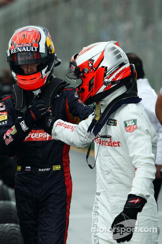 (Esquerda para direita): Daniil Kvyat, da Scuderia Toro Rosso celebra no parque fechado com colega e