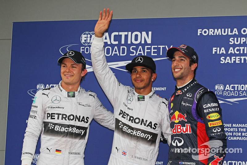 Nico Rosberg, Mercedes AMG F1, tercero; Ganador de la pole position Lewis Hamilton, Mercedes AMG F1 y Daniel Ricciardo, Red Bull Racing, segundo