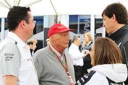 (Da sinistra a destra): Eric Boullier, Direttore di gara McLaren con Niki Lauda, Presidente non esecutivo Mercedes, Claire Williams, Williams Vice Team Principal e Toto Wolff, Azionista e Direttor esecutivo Mercedes AMG F1