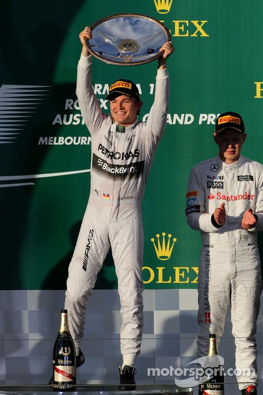 Nico Rosberg, da Mercedes AMG F1 Team, e Kevin Magnussen, McLaren F1
